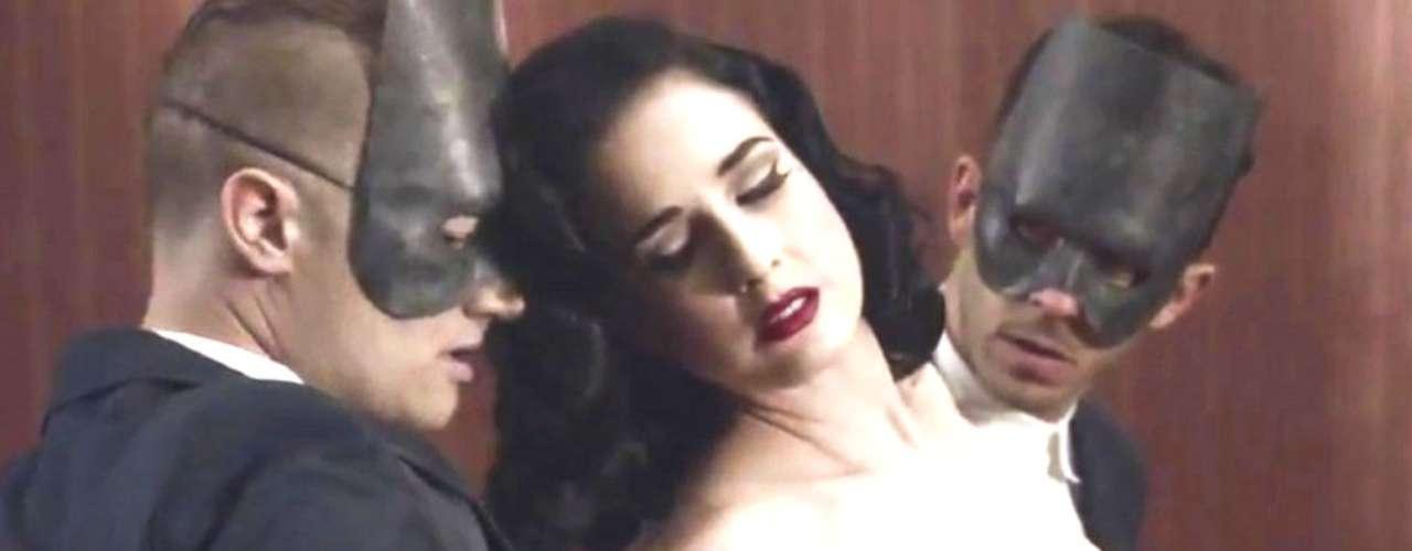 Durante el rodaje del clip, los integrantes de la banda emprendieron un juego seductor en el que Dita demostró que su belleza es irresistible.