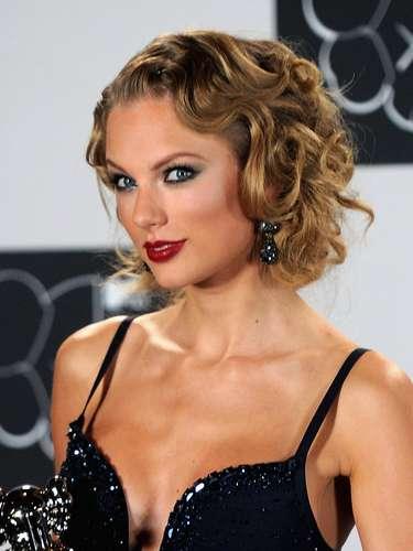 Tan clásico como su estilo es el delineado que demuestra la estrella de la canción  Taylor Swift, ella también optó por disimularlo con sombras ahumadas, pero definitivamente es una chica que sabe lo que le conviene y a su mirada también.