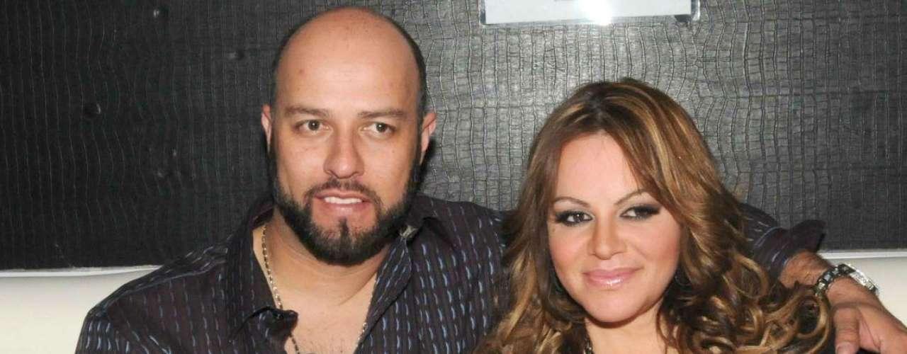 El miércoles 3 de octubre, a través de un comunicado de prensa, los representantes de Jenni Rivera anunciaron su divorcio. La cantante expresó: \