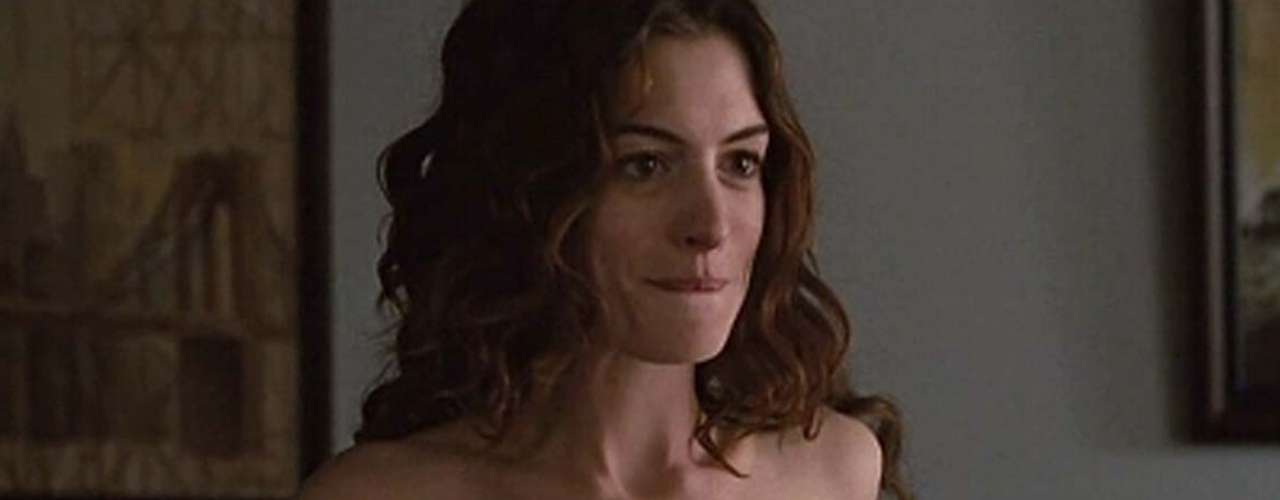 Otra actriz asidua de los desnudos es Anne Hathaway. Por ejemplo en 'Secreto en la Montaña' (2005) y'De Amor y Otras Adicciones' (2009) muestra sus senos, pero eso sí, también su calidad actoral.