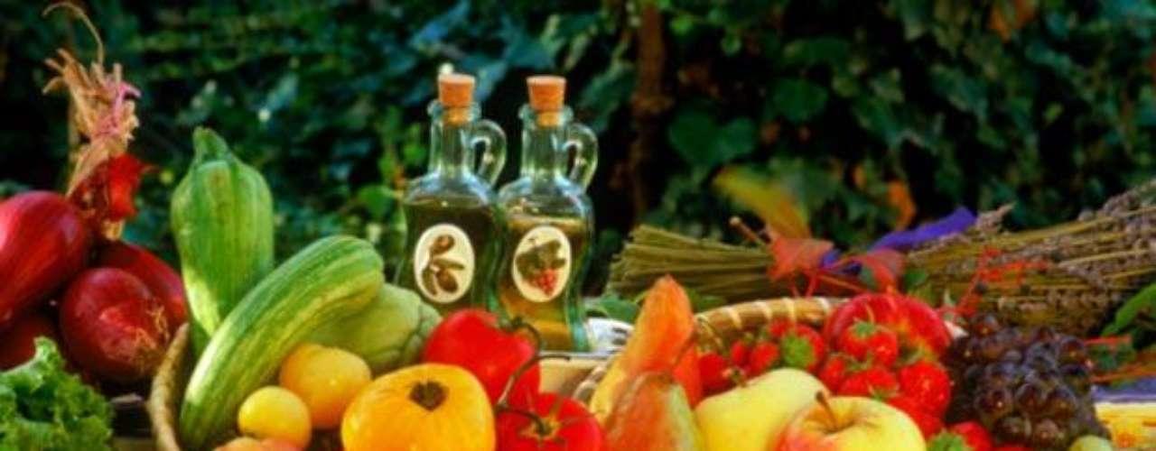 Frutas. La piña, limón, melón, kiwi, pera, manzana, pomelo, naranja, arándanos y durazno son frutas que ayudan particularmente a deshinchar tu abdomen. Prefiere comerlas sin piel para facilitar aún más la digestión.