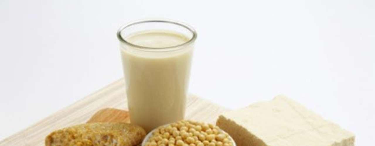 La soya. Es un alimento muy recomendado para reducir el abdomen. Puedes reemplazar la leche y otras lácteos por productos a base de soya, que son mucho menos calóricos y evitan la hinchazón abdominal.