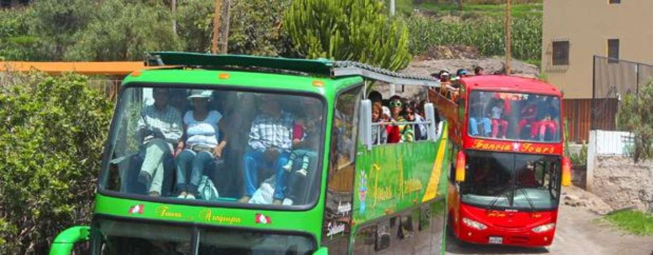 Varios 'Bus Tours' concurren el Mirador La Rinconada (Carmen Alto) donde se aprecia un hermoso escenario acompañado con los volcanes de Chachani, Misti y Pichu Pichu.
