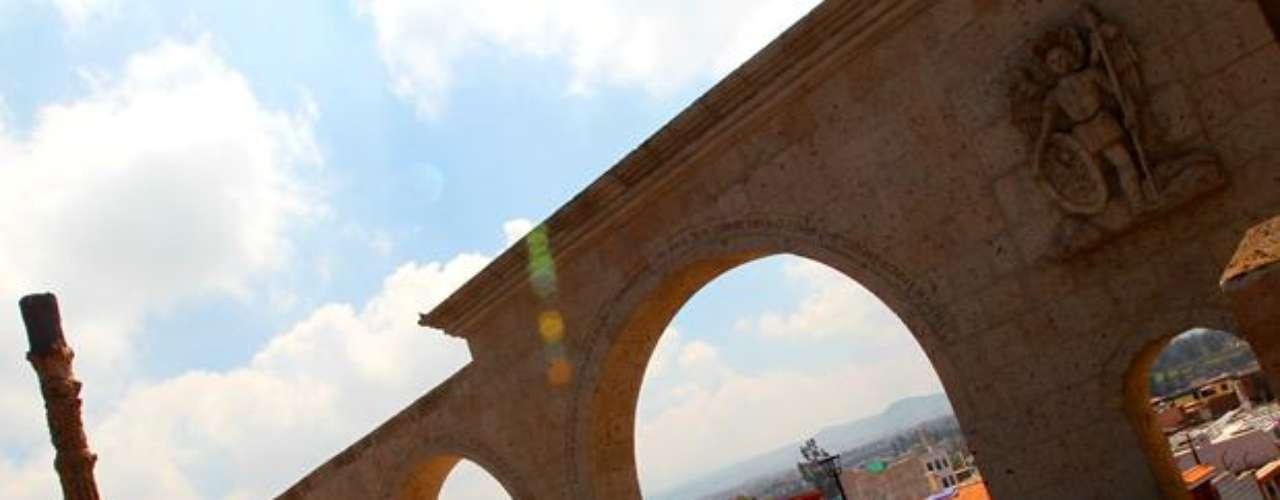 Mirador de Yanahuara: Aproximadamente a dos kilómetros del centro histórico de la ciudad de Arequipa se encuentra el distrito de Yanahuara, un barrio tradicional de la ciudad de Arequipa con angostas calles empedradas y antiguas casas de sillar con sus típicas huertas. Es uno de los lugares de Arequipa más turísticos.