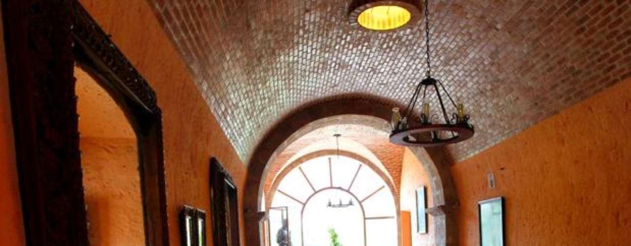Construida en sillar al borde de un acantilado, es una de las más importantes y tradicionales del departamento. El ingreso principal está compuesto por un zaguán de techo abovedado, seguido por un amplio patio principal sobre el que se abren las ventanas y puertas de las habitaciones.