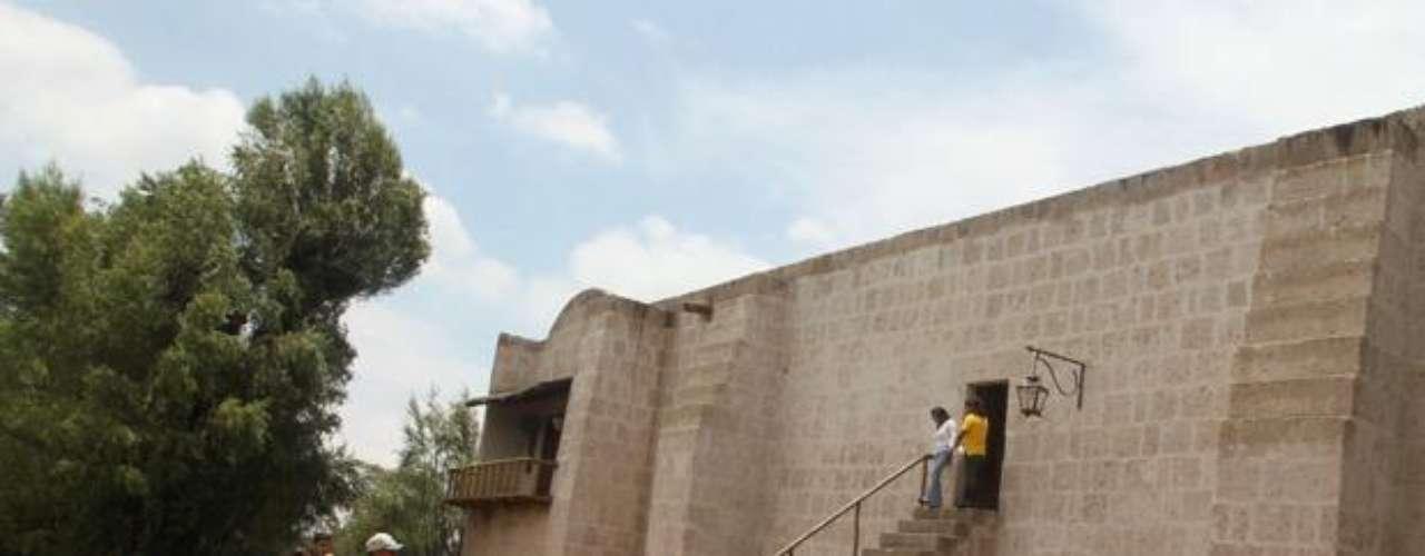 El Molino de Sabandía: A 8 kilómetros de Arequipa se encuentra el molino de Sabandía, bello recinto arquitectónico, construido en 1621. Utilizado en la molienda de granos, aún es posible verlo funcionar pues actualmente está convertido en museo.