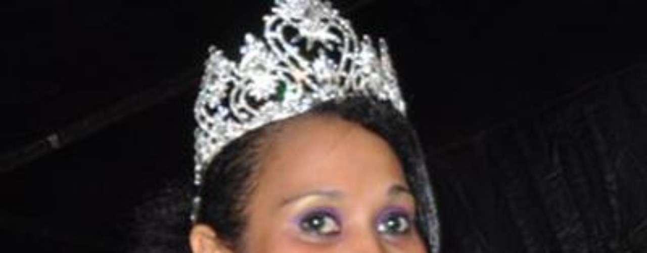 Se llama Nelly Alexsandra Kamwelu, tiene 18 años de edad y mide 1, 72 metros.