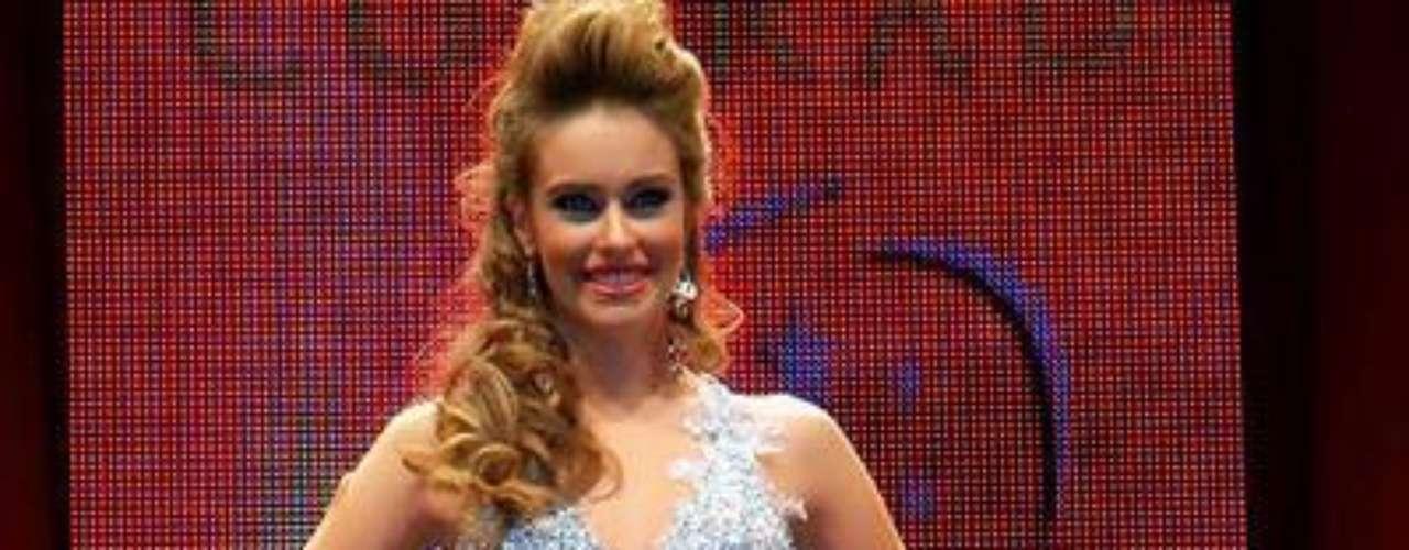 Se llama Fernanda Semino, tiene 18 años de edad y mide 1, 68 metros de estatura.