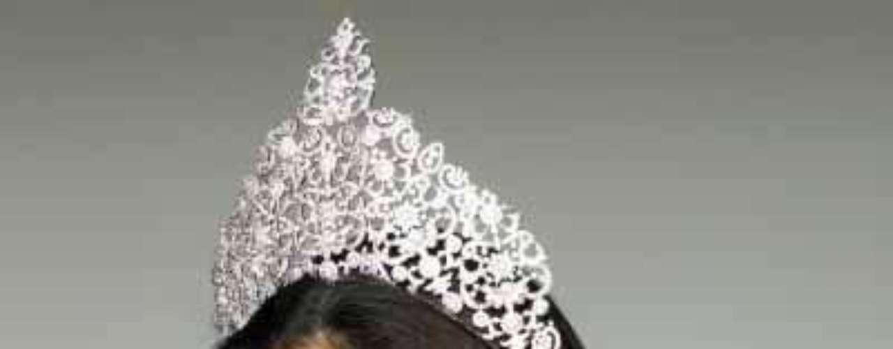 Se llama Deborah Priya Henry, tiene 26 años de edad y también representó a Malasia en Miss Mundo 2007.