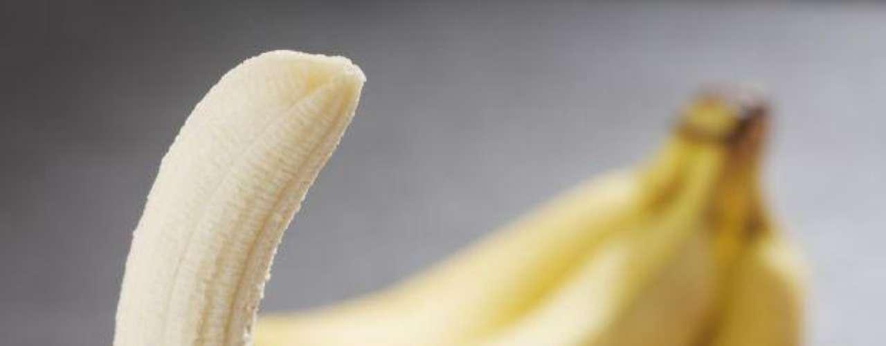 El plátano es una fruta que incrementará tu energía y mejorará tu humor gracias a su alto nivel de vitamina B6. La falta de vitamina B6, aunque poco común, puede contribuir a estados de irritabilidad y depresión. Asimismo, contiene altos niveles de potasio, lo que ayuda a contraer tus músculos.