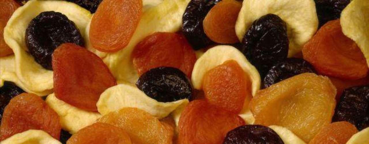 Los frutos secos pueden comerse a toda hora, nos llenan de energía, son fáciles de llevar y casi nunca se malogran. En el mercado o supermercado compra una mezcla de melocotón, higo y pasas. Estos son una importante fuente de fibra y potasio (así como de vitamina A, K, calcio y hierro) además de ser bajos en sodio y no tener nada de grasa.