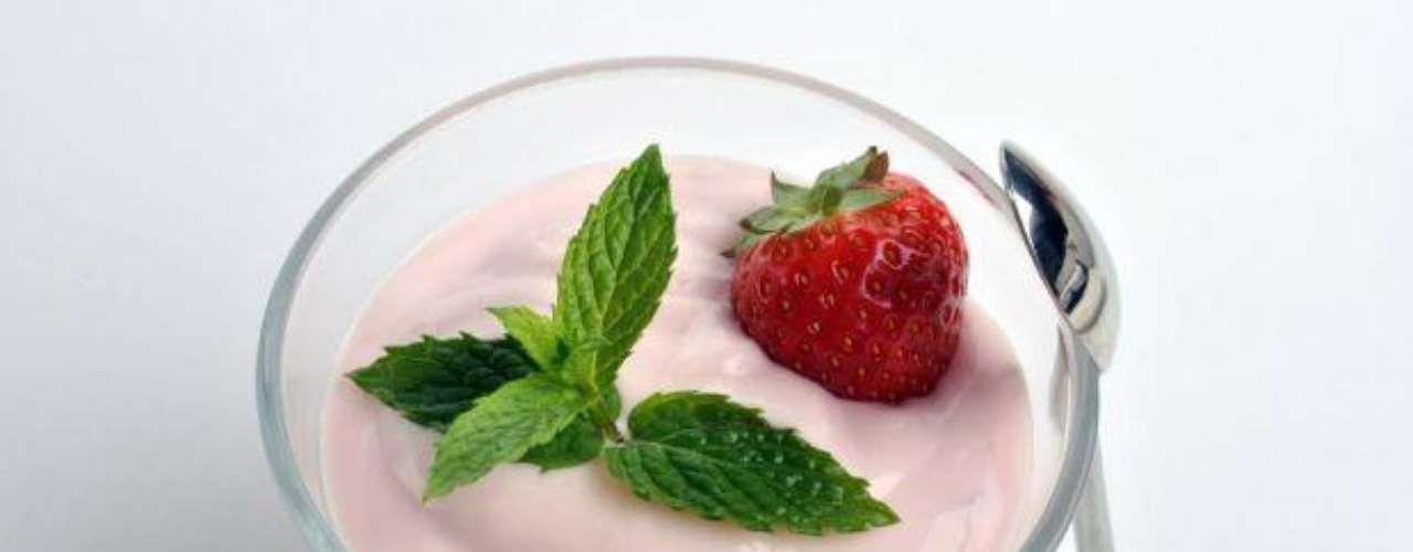 El yogur es delicioso, fácil de comer y viene en muchos sabores. Una taza de yogurt descremado contiene casi 13 gramos de proteína y 17 gramos de carbohidratos, justo lo que tu cuerpo necesita para cargarse de energía y resistencia. Tiene además calcio y tirosina, uno de los 20 aminoácidos que produce los químicos de la dopamina y la adrenalina.