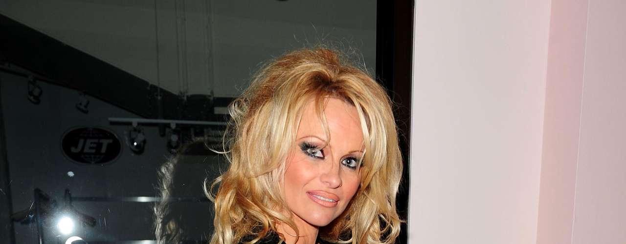 Pamela Anderson. Al igual que muchas mujeres en el mundo estas celebridades han sufrido en carne propia el maltrato de sus parejas, sin embargo, han sabido enfrentar las situaciones y tomar la decisión de dejar a los hombres que les han causado daños físicos y psicológicos.