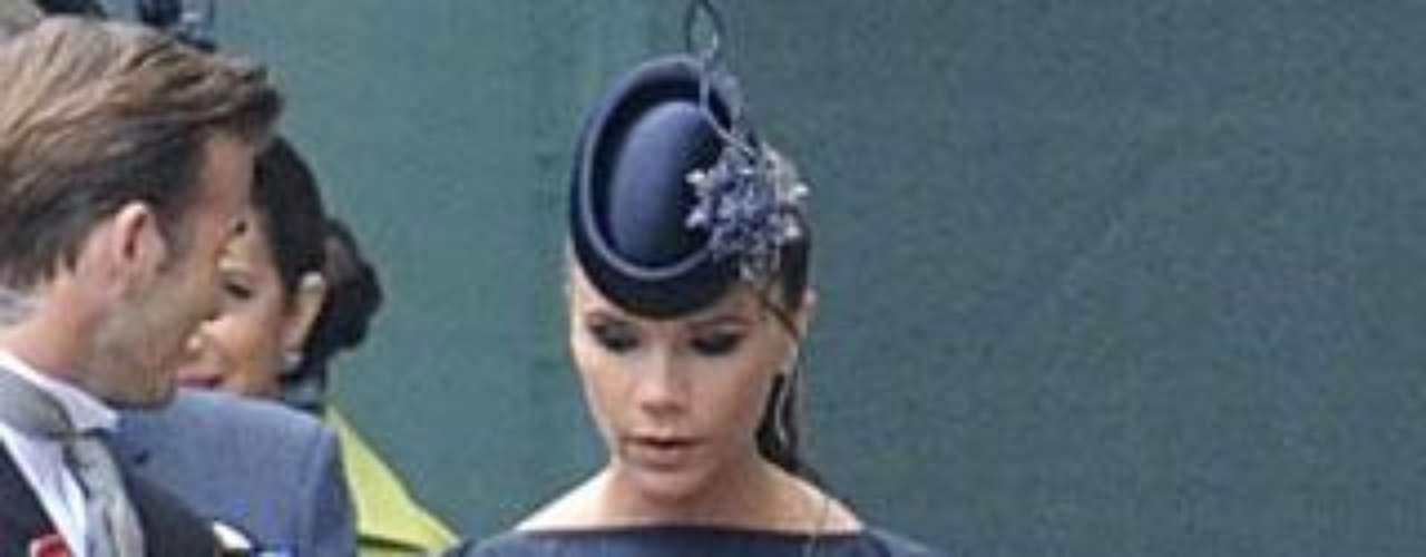 Victoria Beckham, con un tocado firmado por Philip Treacy, autor de la mayoría de pamelas y sobreros de la boda real.