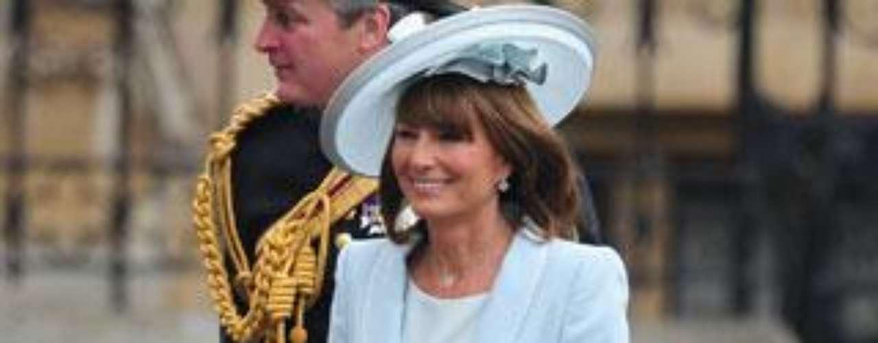 La madre de la novia, Carole Middleton, en azul pastel con un diseño de Catherine Walker.