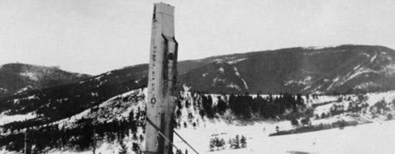 En la base de Malstrom, el soldado Robert Salas recibió la llamada de un guardia que reportaba haber visto un OVNI iluminado por un halo rojo, que habría desactivado varios misiles de esa base naval.