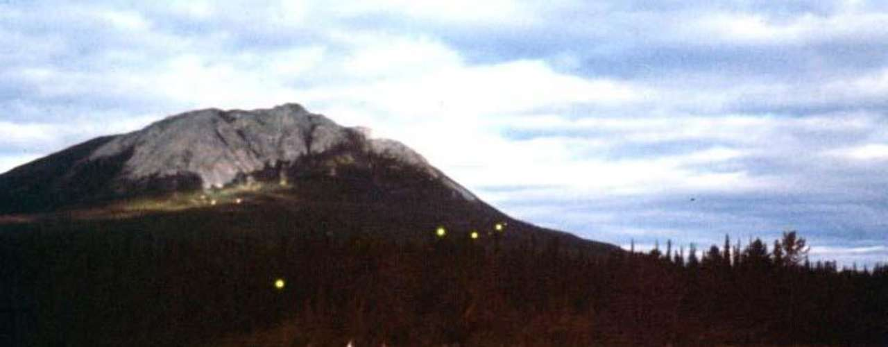 Más de 30 testigos en diferentes lugares de Yukon en Canadá vieron un OVNI que tenía el tamaño de un estadio de futbol, fue en 1970.