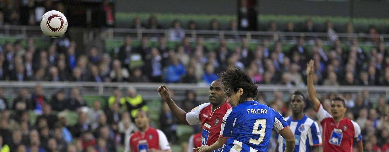 En el año 2011, antes de que Falcao llegara a España, el diario A Bola de Portugal publicó un posible interés por parte del Arsenal de Inglaterra por fichar al colombiano. El medio indicaba que el delantero sería vendido aproximadamente por 30 millones de euros. Finalmente se fue al Atlético de Madrid por 40 millones.