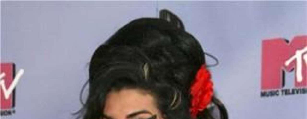 La excéntrica cantante tiene un sin fin de tatuajes por todo su cuerpo, en el que resaltan una pluma sobre el interior de su antebrazo izquierdo