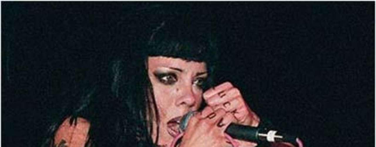 La cantante canadiense tiene un número bastante grande de tatuajes y piercings
