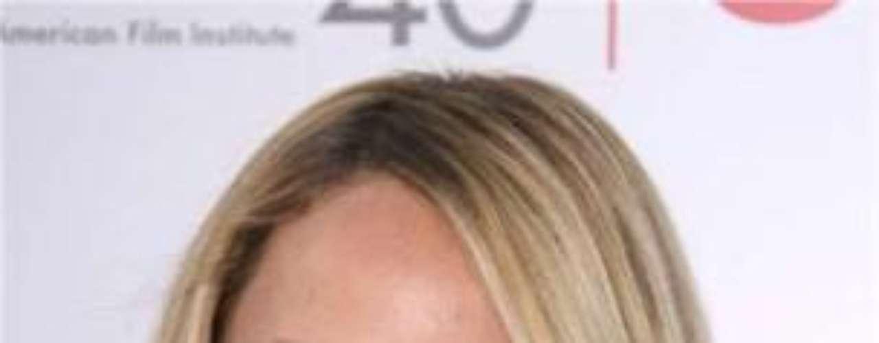 La sexy actriz tiene un sol tatuado sobre su tobillo y el ombligo perforado