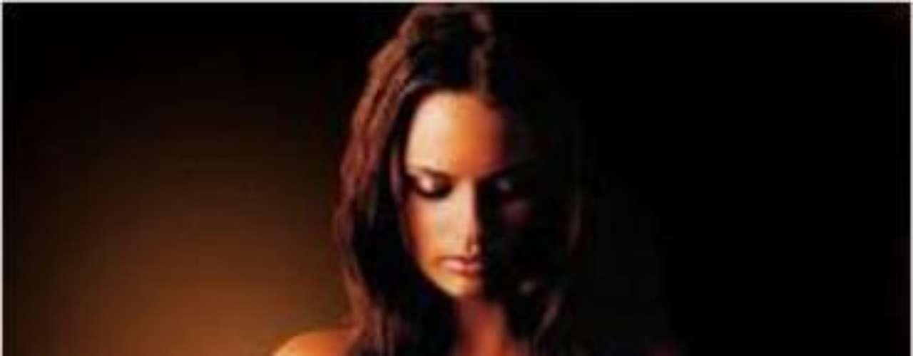 La súper modelo brasileña tiene el modelo tribal y un símbolo para la fuerza tatuados en la nuca y flores tatuadas en un pie