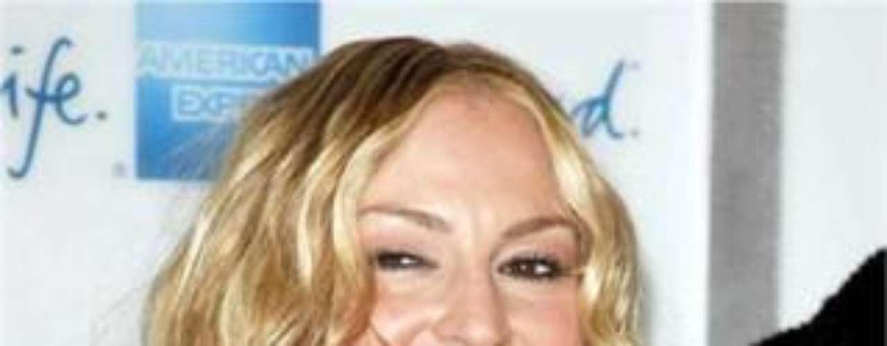 La actriz tiene estrellas tatuadas sobre la muñeca y el dedo y un cráneo con estrellas y cerrojos de relámpago en la espalda