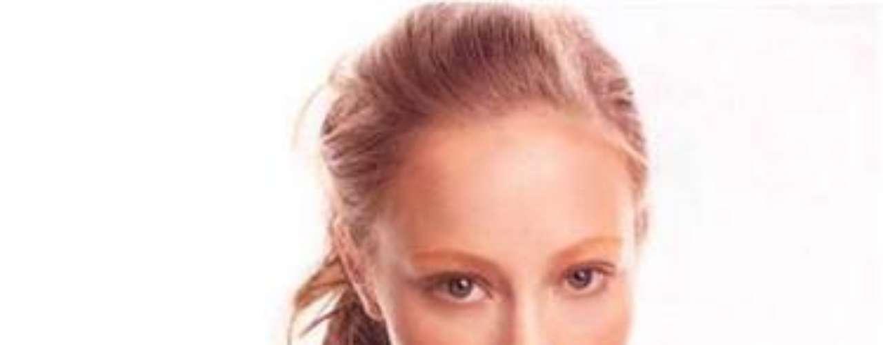 La súper modelo tiene una rosa y un cráneo sobre su brazo izquierdo y una pequeña flor debajo de la línea del bikini