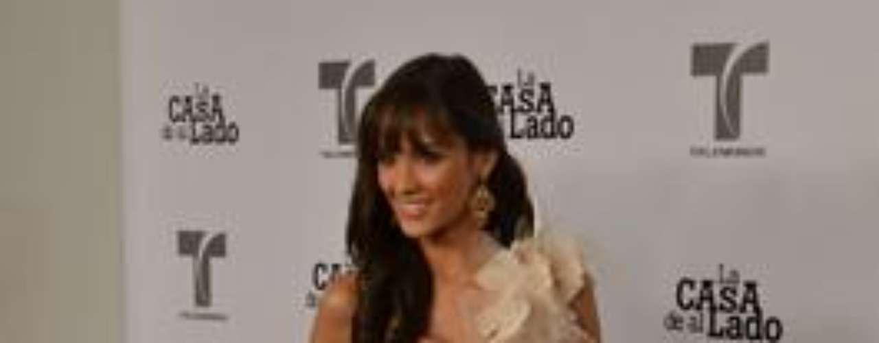Esta linda y joven actriz es 'Andrea Ruíz'.   Por cierto, esta es la segunda novela de Alexandra con Telemundo, la primera fue  'El Fantasma de Elena'.Encuentra aquí fotos, noticias y mucho más de 'La Casa De Al Lado'Añáde Terra Telenovelas en Facebook