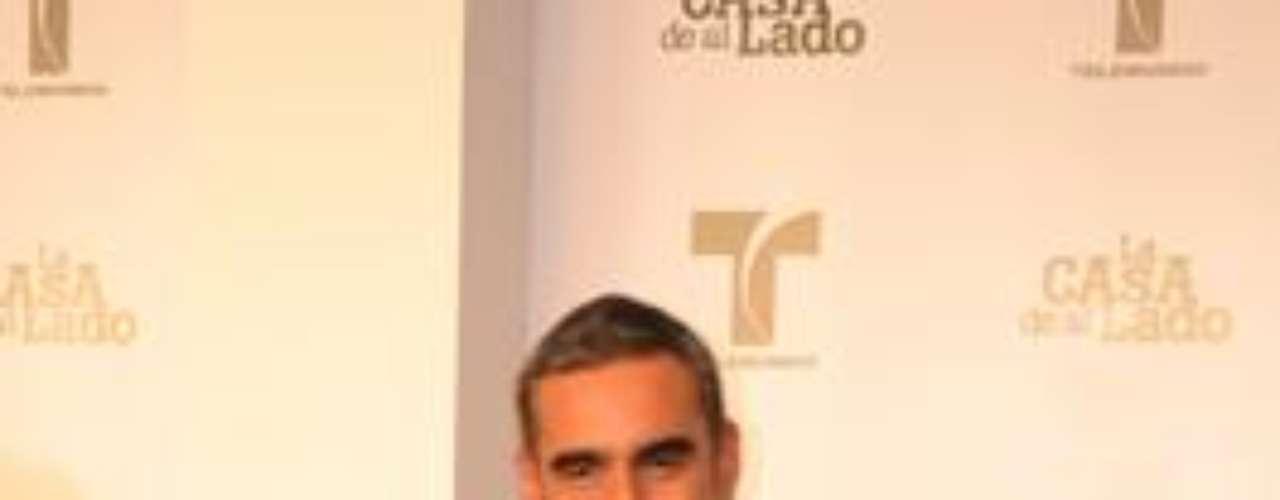 El actor colombo-argentino es de nuevo el malo del paseo, pues encarna a 'Javier Ruiz', un abogado poderoso que se las sabe todas en cuestión de lograr lo que quiere... por las buenas o por las malas.  ¡Glup!Encuentra aquí fotos, noticias y mucho más de 'La Casa De Al Lado'Añáde Terra Telenovelas en Facebook