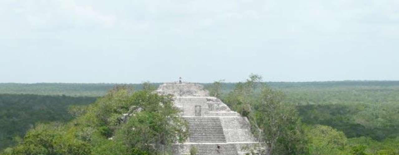 10. Calakmul. Se trata de un centro urbano prehispánico maya situado en el sureste de Campeche y muy cerca de Guatemala. Tiene una extensión de aproximadamente 70 kilómetros cuadrados y más de 6 mil estructuras.