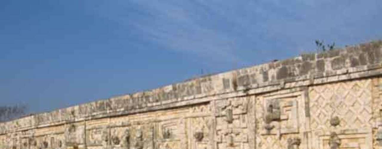 9. Uxmal. Se trata de una de las más representativas construcciones mayas. Se localiza a 62 km al sur de Mérida, en Yucatán.