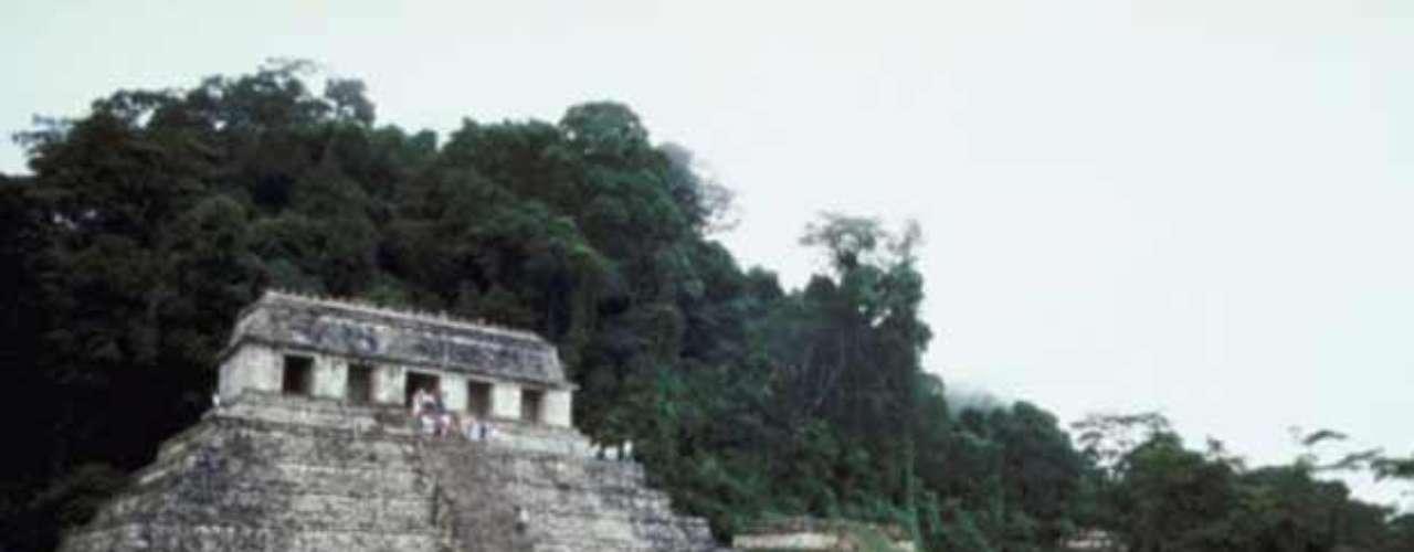 2. Palenque. Esta joya se encuentra en Chiapas. Su Templo de las Inscripciones se ha convertido es uno de sus principales atractivos, así como el palacio principal y el área de juego de pelota.