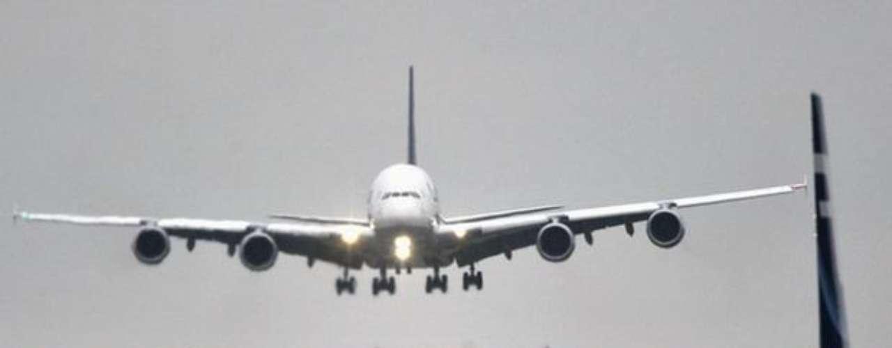 En total, 38 aviones A380 están en la actualidad en servicio y entre las aerolíneas que cuentan con este tipo de aparato, además de Lufthansa, figuran la australiana Qantas, la francesa Air France o Singapore Airlines, entre otras. (Fuente texto: EFE)