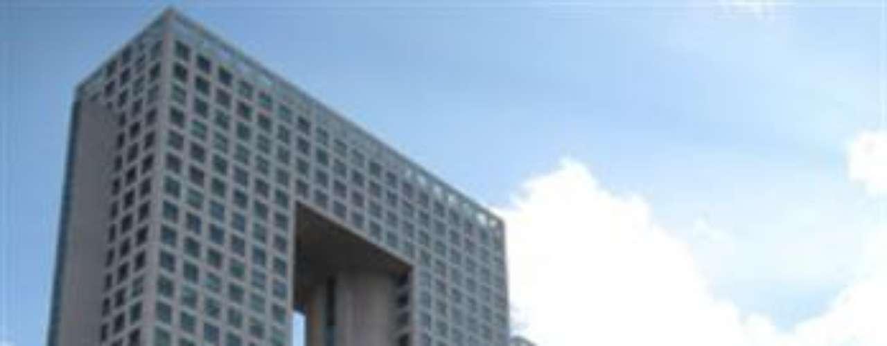 Arcos Corporativos. Se encuentra en Paseo de los Tamarindos, en Bosques de las Lomas. Es obra de los arquitectos mexicanos Teodoro González de León, Francisco Serrano y Carlos Tejeda. Coloquialmente, este edificio es conocido como 'El Pantalón. Tiene una altura de 161 metros.