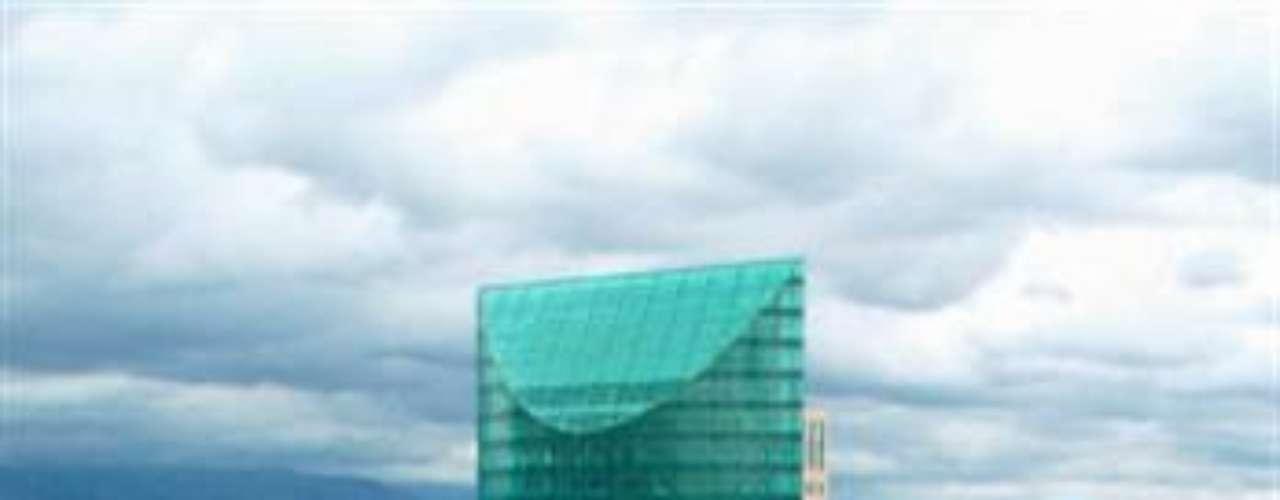 Torre Mayor. La medalla de oro se queda en la Ciudad de México. Es el edificio más alto de la Ciudad de México y de Latinoamérica. Fue desarrollado por el canadiense Paul Reichmann. Se encuentra en Paseo de la Reforma, en el espacio ocupado antes por el cine Chapultepec. Su altura es de 230 metros.