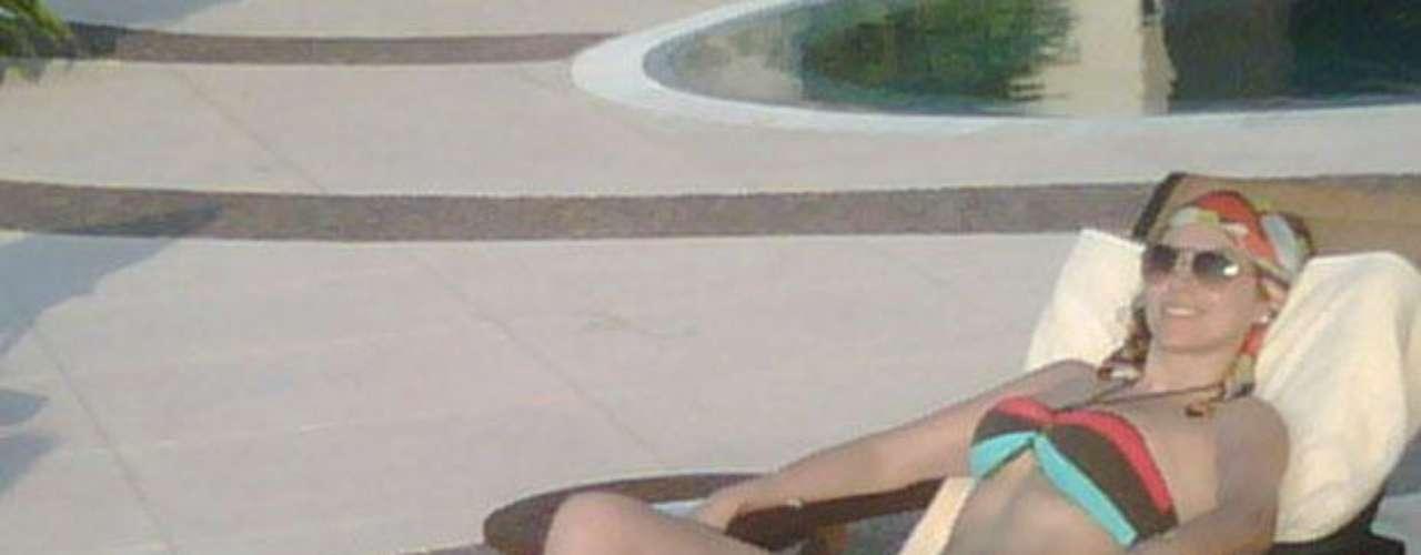 La actriz y cantante Aracely Arámbula sigue ganando seguidores en su cuenta personal de Twitter y como no va a ser así, si continua publicando fotos donde presume su anatomía al lucir diminutos bikinis. Para muestra, un botón.