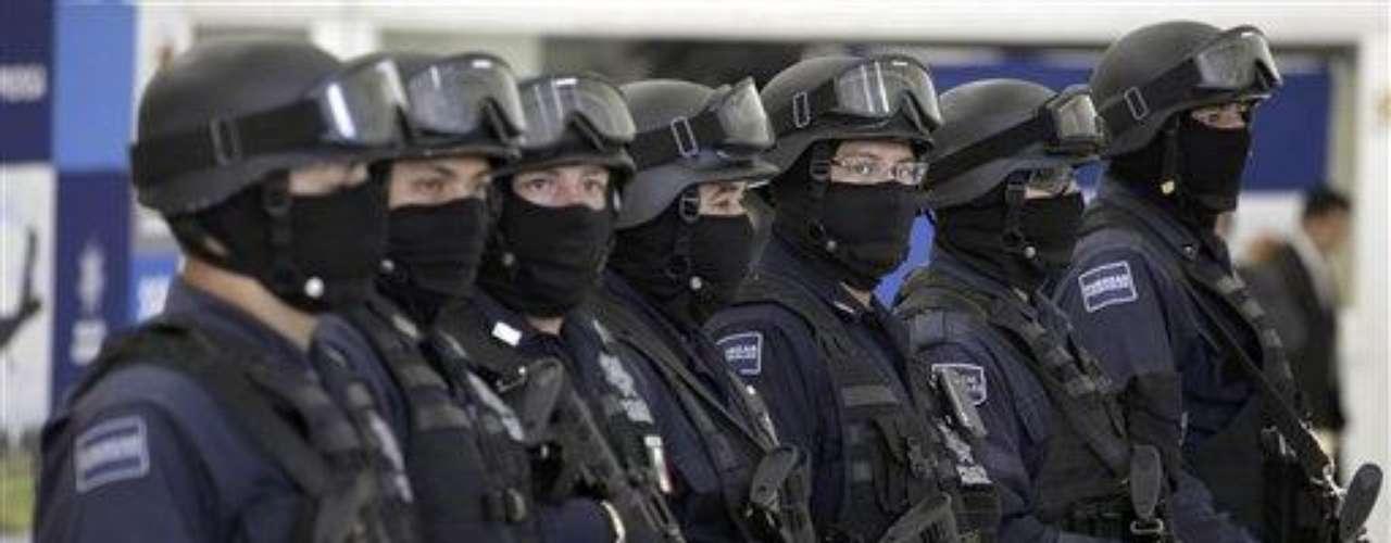 Oficiales federales montaron guardia durante la presentación a la prensa de Marco Antonio Guzmán, \