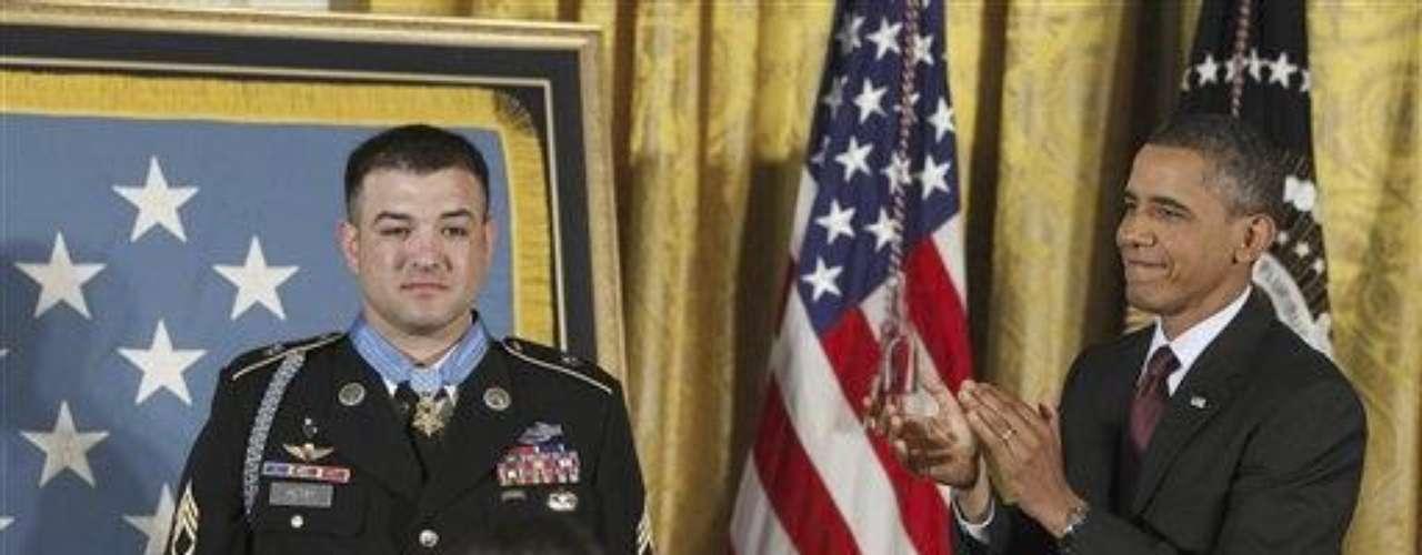 Esta es la segunda vez que Obama concede la más alta condecoración del Ejército a un soldado en vida por acciones vinculadas a las guerras de Irak y Afganistán.