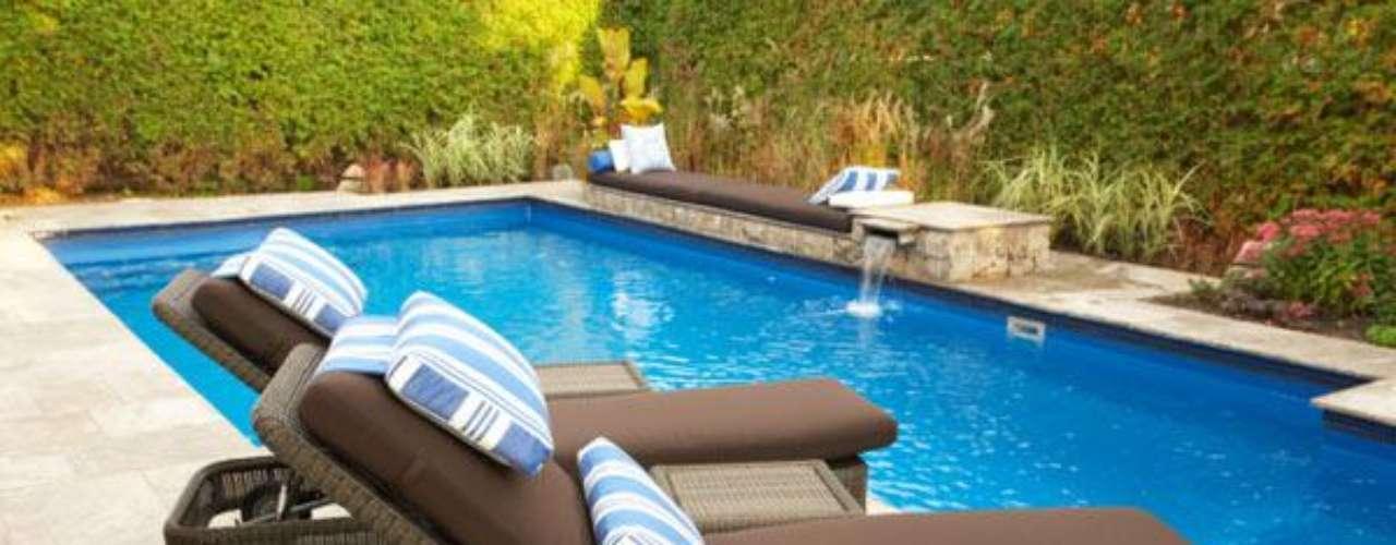 Las piscinas Multiforma ofrecen hasta 50 modelos distintos y tamaños de 2 a 17 metros de longitud, con un ancho proporcionado, con o sin escalera integrada, de fondo plano, con complementos como piedras por las que fluye el agua, isletas interiores o con pendiente y con profundidades desde 50 centímetros hasta dos metros.