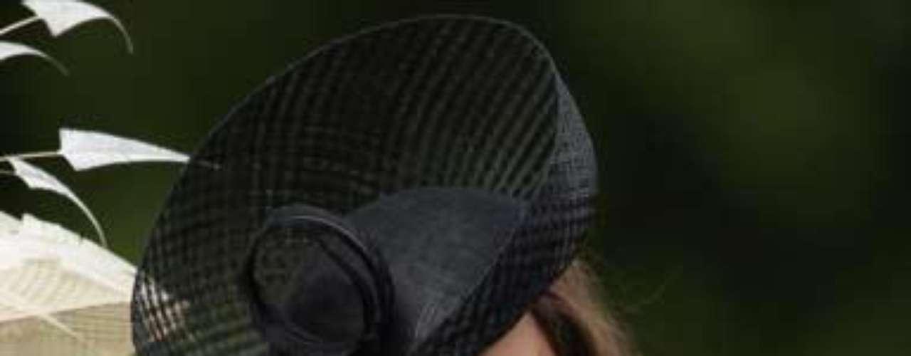 Este traje monocromático de la firma Alexander McQueen y su elegante sombrero llamaron favorablemente la atención de los presentes y de los medios.
