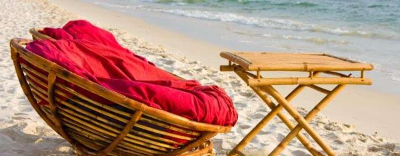 Ahora que por fin llega el verano debemos pensar en encontrar el mobiliario soñado para relajarte con mucho estilo mientras tomas un delicioso baño de sol. Terrazas, jardines, patios, piscinas, la playa son espacios que te permiten pasar tiempo junto a tu familia, amigos o en contacto con la naturaleza.  Existen una gran variedad de propuestas para muebles de exterior, tumbonas, sillas, mesas, sillones. Los diseños los encontraras en  toda clase de materiales aluminio, bambú, madera, mimbre, hierro forjado, madera de teca y resinas de polímeros diferentes,  para disfrutar del momento. Así que tienes un abanico de posibilidades para escoger. ¿Cuál es la tuya?