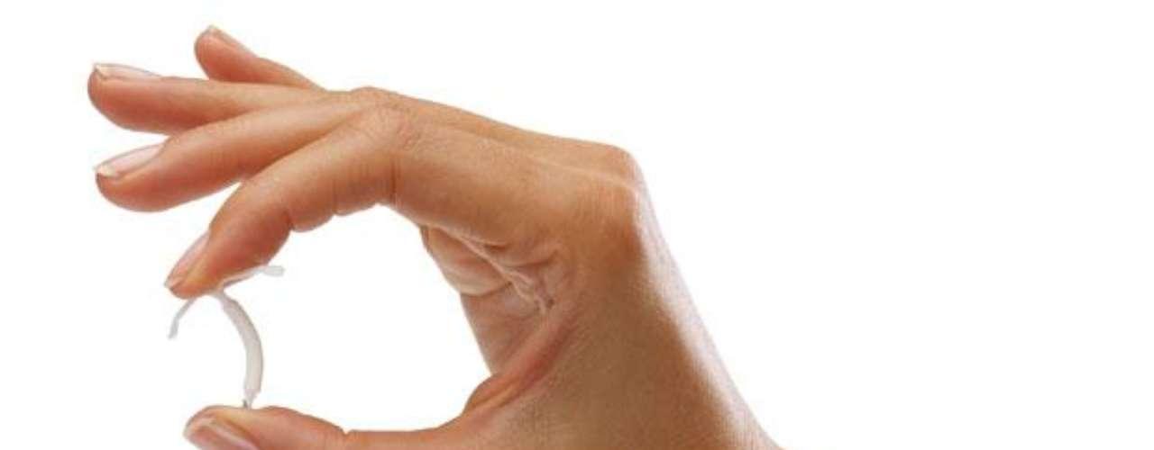 Dispositivo intrauterino (D.I.U.): es un pequeño aparato hecho de metal y plástico el cual se introduce en el cuello del útero y tiene forma de 'T'. Este dispositivo impide el paso de los espermas, así como reduce los sangrados abundantes en la menstruación. Eficacia del 98% aproximadamente.
