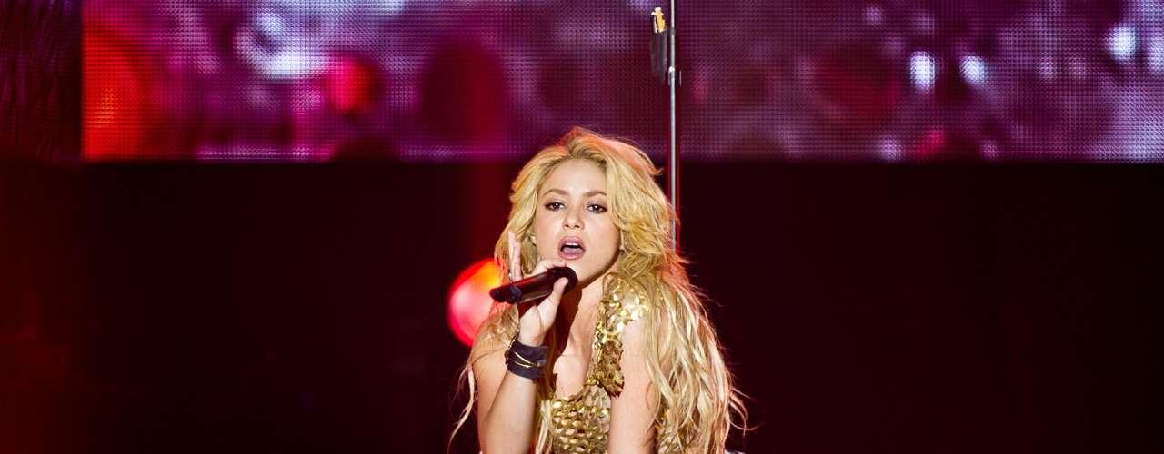 Shakira: 70 millones de copias vendidas. La nueva generación del pop Latino trajo nombres como Shakira, Enrique Iglesias, Paulina Rubio y Juanes.  Con cifras que van desde los 20 millones de copias vendidas ¡Descubre hasta donde llega la cifra de los artistas más vendedores del momento!