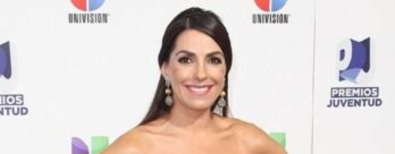 Mejor vestida: Refinada y casual lució Kika Rocha durante esta tarde de celebridades con un llamativo traje en color zanahoria que la hizo brillar.