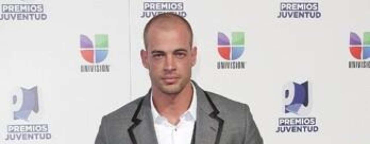Mejor vestido: William Levy muy elegante lució el actor cubano con un traje gris y por supuesto su nuevo corte de pelo