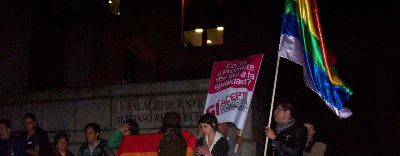 A las afueras del Palacio de Justicia una docena de personas pertenecientes al movimiento LGBTI saludaron con vítores y aplausos la determinación de la Corte al tiempo que coreaban  \