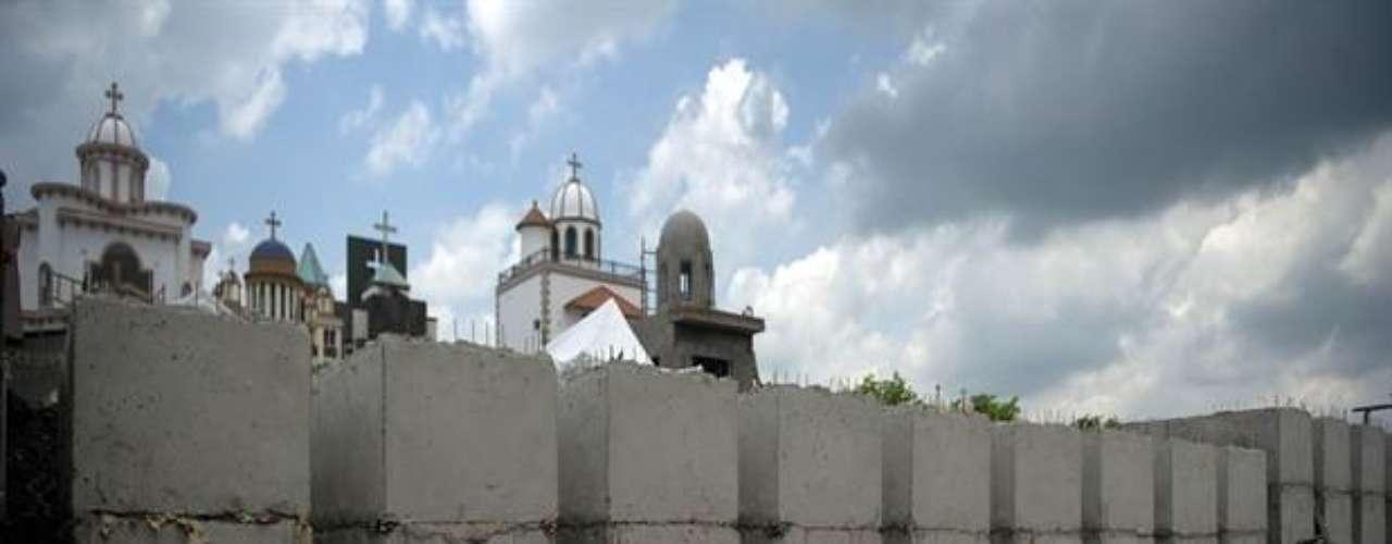 La pujanza de la industria de la muerte es notoria en Culiacán, que muchos llaman la 'ciudad de las cruces' por los más de 200 cenotafios -altares erigidos para recordar al muerto en el sitio donde fallece- integrados en su paisaje.