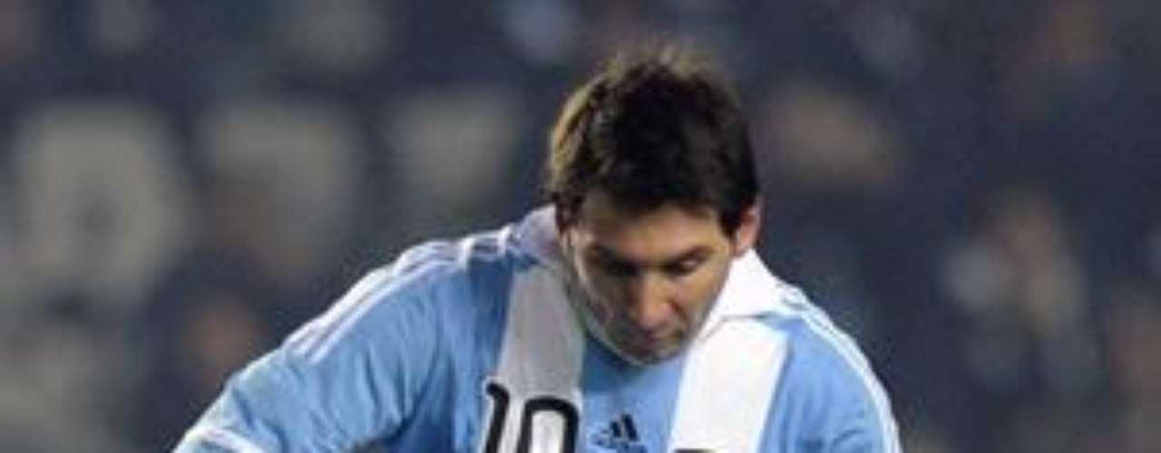 Por otro lado, sus estadísticas con la selección Argentina no son tan brillantes, pues apenas lleva 21 goles en 72 partidos.