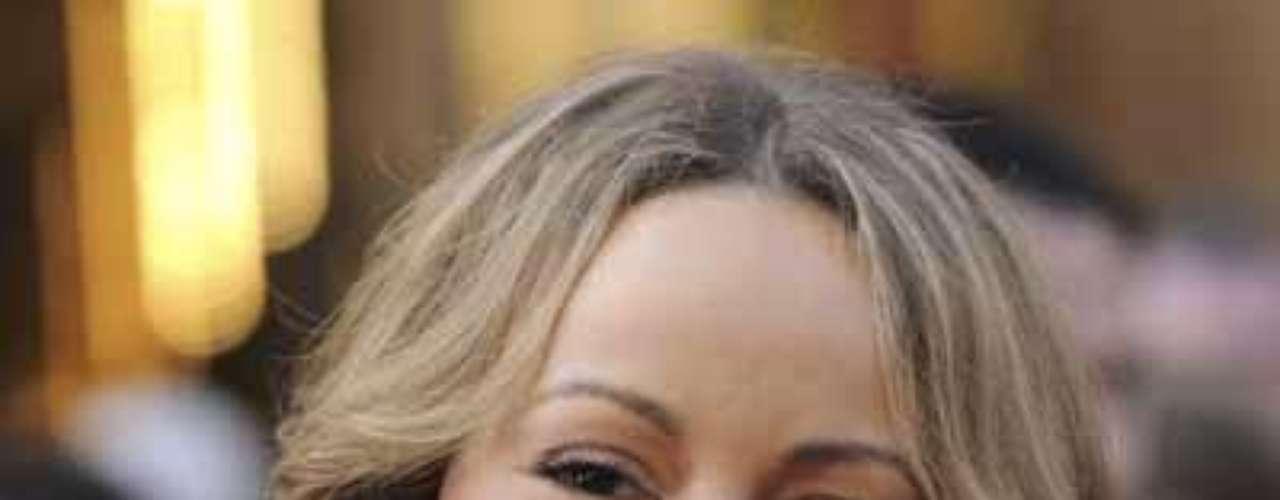 Mariah Carey. Ahora si vamos a dar el 'alargamiento' o 'adelgazamiento' a los cachetes y pómulos para obtener un rostro más estilizado. El truco consiste en aplicar la base más oscura en ambos costados de la cara, de forma vertical (De arriba hacia abajo desde la sien hasta el borde de la mandíbula inferior) No olvides tomar nuevamente la esponjilla para aparejar la base  y difuminar los cortes de tonos y los excesos de maquillaje.  Por último ponte blush en el borde exterior de los pómulos. Luego maquilla tus ojos como de costumbre y recuerda aplicar brillo en tus labios.